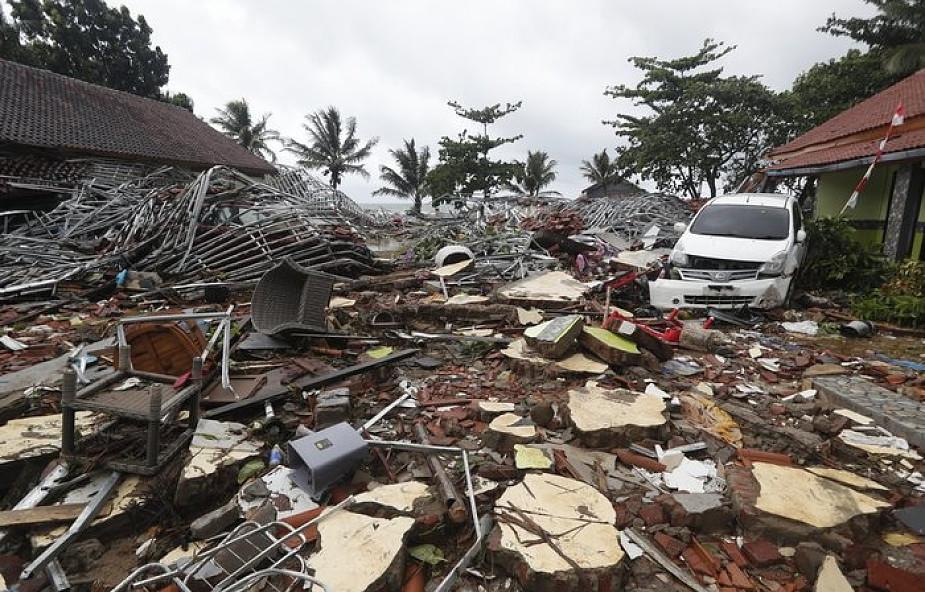 Indonezja: liczba ofiar śmiertelnych tsunami przekroczyła 280. 12 tys. straciło dach nad głową